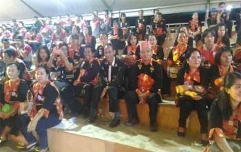 Bupati Arton S Dohong foto bersama dengan kontingen Gunung Mas saat pembukaan Pesparawi di Stadion Hinang Golloa, Nanga Bulik, Kabupaten Lamandau, Sabtu (17/9/2017) malam