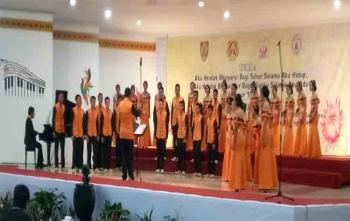 Tim paduan suara remaja Kabupaten Gunung Mas saat tampil di GPU Lantang Torang, Nanga Bulik, Kabupaten Lamandau, Minggu (17/9/2017) malam