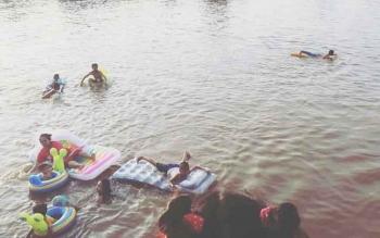 Warga yang asyik belarut di Sungai Arut