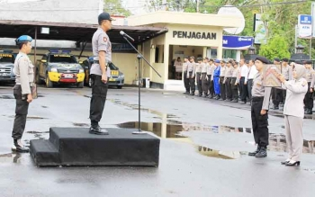 Waka Polres Kotim Kompol M Z Rofik, saat memimpin upacara di halaman Mapolres Kotim, Senin (18/9/2017).