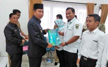 Bupati Barito Utara Nadalsyah menyerahkan SK CPNS dari program pegawai tidak tetap (PTT) Kementerian Kesehatan dan tenaga harian lepas-tenaga bantu (THL-TB) penyuluh pertanian Kementerian Pertanian