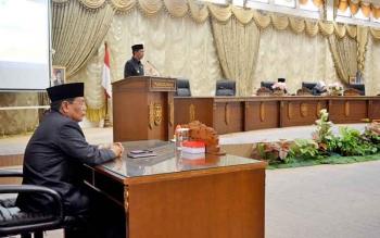 Bupati Barito Utara Nadalsyah saat menyampaikan pidatonya pada Rapat Paripurna dengan agenda Penyampaian Nota Keuangan Perubahan APBD 2017, Senin (18/9/2017).
