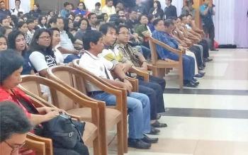 Ketua LPPD Kabupaten Gumas Herbert Y Asin (depan berkacamata) saat menyaksikan penampilan kontingen Pesparawi Kabupaten Gumas di GPU Lantang Torang, Nanga Bulik, Senin (18/9/2017).