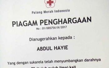 Piagam penghargaan dari PMI kepada Anggota Komisi B DPRD Kota Palangka Raya, Abdul Hayie.