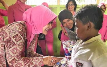 Ketua Bhayangkari Cabang Palangka Raya, Oppie Lili Warli, memberikan bantuan alat tulis kepada murid SDN 2 Tanjung Pinang, Senin (18/9/2017).