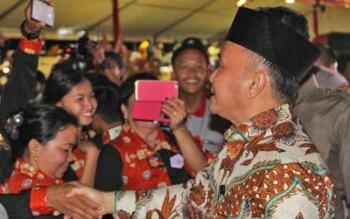 Tampak Gubernur Klateng, H. Sugianto Sabran saat menyalami kontingen Pesparawi di sela-sela kegiatan Pembukaan, Sabtu (16/9/2017) malam lalu.