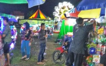 Pedagang di pasar malam di Lapangan Gagah Lurus Kasongan laris manis, Senin (18/9/2017)