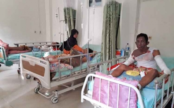 Asrani (duduk) beserta istri dan anaknya saat dirawat di ruang bedah RSUD Murung Raya, Senin (18/9/2017).