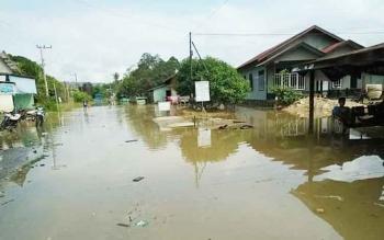 Air menggenangi halaman rumah warga di Kecamatan Tewah, Kabupaten Gumas akibat Sungai Kahayan Meluap.