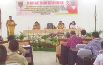 Para pejabat dinas kesehatan dari kabupaten dan kota di Kalteng mengikuti Rakor penganggulangan HIV/AIDS, Selasa (19/9/2017)