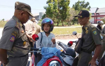 Petugas Satpol PP Kota Palangka Raya menanyai kepemilikan KTP kepada pengendara.