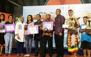 Peserta dari Kalimantan Tengah menerima piala kemenangan dalam Festival Tari Nusantara di TMII, Jakarta.