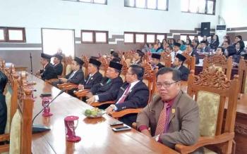 anggota DPRD Gumas Iswan (tiga dari kanan) saat mengikuti rapat paripurna.