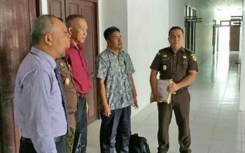 Tersangka Hamlianur (berbaju kemeja loreng lengan pendek) saat berada di kantor Kejari Lamandau, Selasa (19/9/2017).