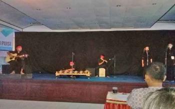 Salah satu penampilan peserta dalam kegiatan Festival Musikalisasi Puisi yang diadakan Balai Bahasa Kalteng, Selasa (19/9/2017)