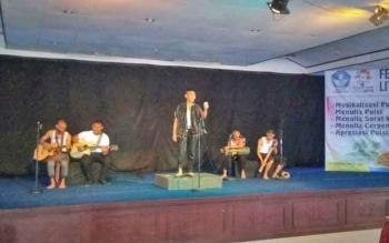 Salah satu penampilan peserta Musikalisasi Puisi yang digelar Balai Bahasa Kalimantan Tengah, Selasa (19/9/2017)