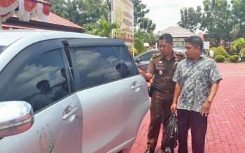 Tersangka Hamlianur (kemeja loreng) saat dibawa petugas Kejaksaan Negeri Lamandau menaiki mobil untuk bertolak ke Rutan Palangka Raya (Selasa (19/9/2017).