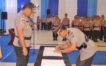 Kombes Pol M Taslim Chairuddin menandatangani nota serah terima jabatan dihadapan Kapolda Kalteng, Brigadir Jenderal Anang Revandoko, Selasa (19/9/2017).