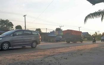 Aktivitas Jalan Jenderal Sudirman, salah satu jalan nasional di Kota Sampit