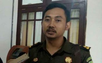Kasie Pidsus Kejari Lamandau, R. Bayu Probo Sutopo, saat dikonfirmasi awak media, sesaat sebelum membawa tersangka ke Rutan Palangka Raya, Selasa (19/9/2017).