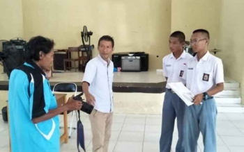 Narasumber dari PWI Kalteng mencontohkan cara memotret untuk sebuah karya jurnalistik kepada siswa SMAN 5 Palangka Raya, Selasa (19/9/2017).