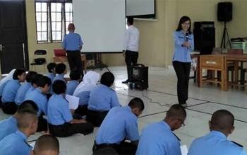 Seorang jurnalis memberikan materi kepada siswa SMAN 5 Palangka Raya, Selasa (19/9/2017).
