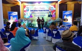 Kombes Pol M Taslim Chairuddin didampingi istrinya memberikan sambutan pada acara pisah sambut Direktur Lalu Lintas Polda Kalteng, Selasa (19/9/2017) malam.