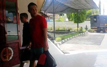 Hendry Rahmadani alias Hendri alias Ebon (baju merah) tersangka kasus zenith