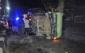 Sejumlah warga sedang melihat kondisi truk yang terbalik di Jalan Tjilik Riwut.