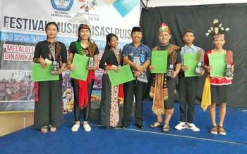 Kepala Balai Bahasa Kalteng, Haruddin foto bersama seusai menyerahkan piala kepada para pemenang