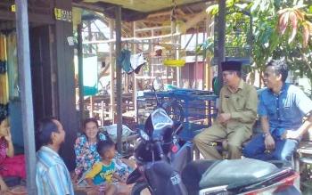 Wakil Bupati Kapuas, H Muhajirin saat meninjau rumah Abah Cuang.