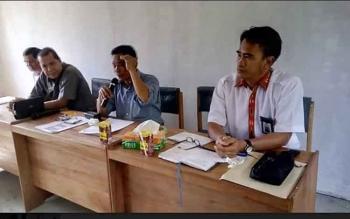 Wakil Ketua DPRD Gumas, Punding S Merang (tiga dari kanan) saat pertemuan dengan masyarakat Desa Tumbang Bunut, Kamis (20/9/2017).