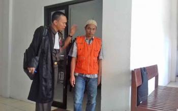 Zainudin alias Udin (rompi oranye) terdakwa kasus persetubuhan anak di bawah umur seusai menjalani sidang di Pengadilan Negeri Sampit, Kabupaten Kotawaringin Timur, Rabu (20/9/2017).
