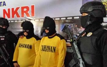 Dua tersangka mucikari dijaga ketat aparat bersenjata, Rabu (20/9/2017).
