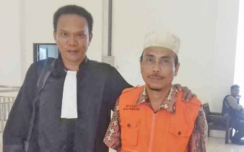 Badrun, terdakwa kasus asusila, bersama Kasi Pidum Kejari Seruyan Akwan Annas.