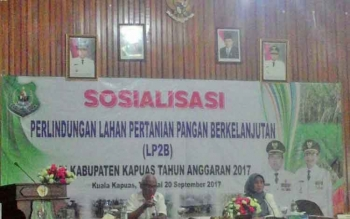 Ir Iriani Ketua Panitia Sosialisasi LP2B memdapingi Nasumber dari Provinsi Kalteng di Auala Bappeda Rabu(20/9/2017)