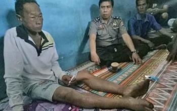 Kakek 60 tahun, Nawi (kiri) yang ditemukan selamat setelah menghilang setahun di hutan.