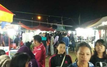 Suasana pasar malam di Lapangan Gagah Lurus Kasongan, Rabu (20/9/2017) malam ini tampak ramai.
