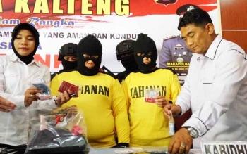 Direktur Reserse Kriminal Umum Polda Kalteng, Kombes Pol Ignatius Agung Prasetyoko (kanan) dan Kasubdit IV Renakta, AKBP Siti Fauziah (kiri) menunjukan barang bukti dan tersangka mucikari, Rabu (20/9/2017).