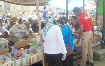 Petugas Satresnarkoba Polres Barito Utara bersama pegawai Dinas Kesehatan saat memeriksa toko obat dan apotek, Rabu (20/9/2017).