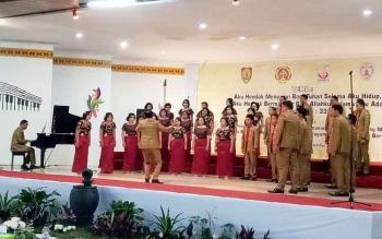 Paduan suara campuran Kabupaten Gumas saat tampil di GPU Lantang Torang, Nanga Bulik, Kabupaten Lamandau, Rabu (20/9/2017) malam.