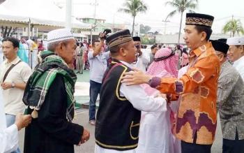 Bupati Barito Utara Nadalsyah beserta jajarannya menyambut kedatangan jamaah haji di halaman kantor bupati, Kamis (21/9/2017).