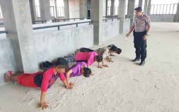 Lima anak dan remaja yang kedapatan pesta lem fox di Komplek Pasar Kasongan, Kabupaten Katingan, diberi hukuman push up oleh anggota Polsek Katingan Hilir, Rabu (20/9/2017).