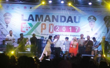 Bupati Marukan bersama sejumlah pejabat lainnya bernyanyi bersama artis dari Jakarta pada acara malam puncak Lamandau Expo 2017, Rabu (20/9/2017).