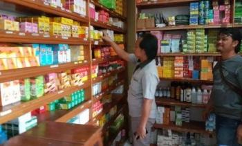 Anggota kepolisian memeriksa apotek untuk mendeteksi peredaran PCC.
