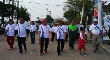 Wakil Bupati Kotim Taufiq Mukri saat mengikuti jalan sehat di Harhubnas bersama Kepala KSOP Sampit Toto Sukarno, Kamis (21/9/2017).