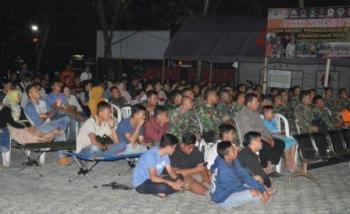 Ratusan warga dengan serius nonton bareng film Gerakan 30 September (G30S) PKI di Makodim Kotim, Rabu (20/9/2017) malam.