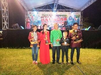 Setda Katingan Jainudin Sapri foto bersama para pemenang festival dangdut pada malam penutupan di Lapangan Gagah Lurus, Rabu (20/9/2017).