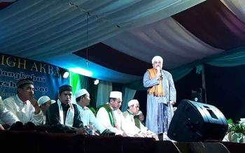 Habib Idrus Bin Abdullah Alaydrus dari Martapura, Kalsel saat menyampaikan tausiyah pada peringatan tahun baru hijriyah di di Lapangan Futsal desa itu, Rabu (20/9/2017) malam.