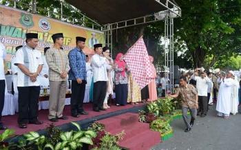 Bupati Kapuas Ir Ben Brahim S Bahat MM,MT melepas peserta pawai Kamis(21/9/2017)